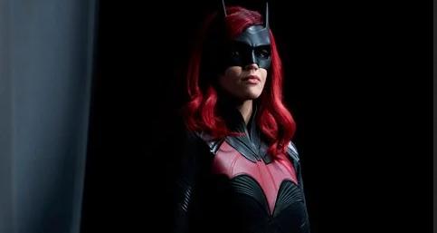 تصاویر فصل دوم سریال Batwoman ظاهر بتموبیل تازه شوالیه سرخ را نشان میدهد 1