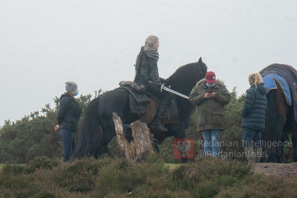 تصاویر جدید منتشر شده از پشت صحنه فصل دوم سریال ویچر از تغییر اسب گرالت خبر میدهد 1